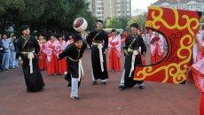 中学运动会学生穿汉服展示传统体育项目