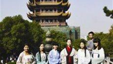 武汉大学生穿汉服游黄鹤楼 欲展示汉服魅力