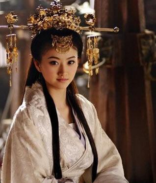 明星景甜的这款无刘海的气质古装长发造型,凸显优雅形象的同时很有英姿飒爽的个人魅力,是一款很好看的古代美女发型。