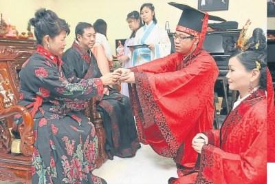 新人奉茶给男方家长, 是一般的敬茶仪式。