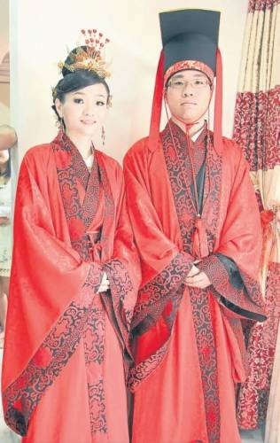 一对新人的汉式婚礼服价值约800令吉
