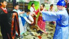 长沙小学生试穿汉服学习国学礼仪