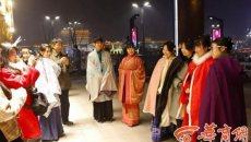 穿汉服平安夜逛街 洋节也可融入中华元素