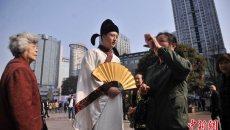 重庆年轻小伙穿汉服街头表演书法