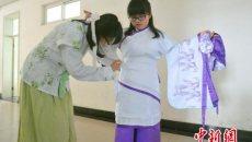 三峡大学开办国学班 学生穿汉服行传统拜师礼