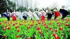 武汉10多名女大学生植物园秀汉服 衣袂飘飘