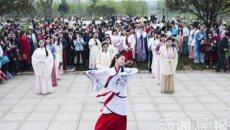 长沙大学生着汉服洋湖湿地公园祭拜花神