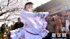 天津桃花节首日迎5万余游客 少女穿汉服祭花