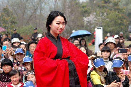 八公山旅游嘉年华活动举行 女子身着汉服起舞-图片1
