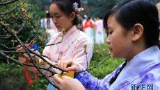 湖南衡阳高校的大学生着汉服祭花神