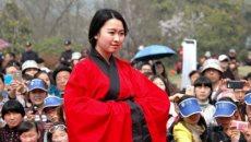 八公山旅游嘉年华活动举行 女子身着汉服起舞