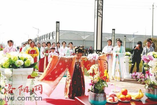 洛阳市民穿上汉服 重温花朝节-图片1
