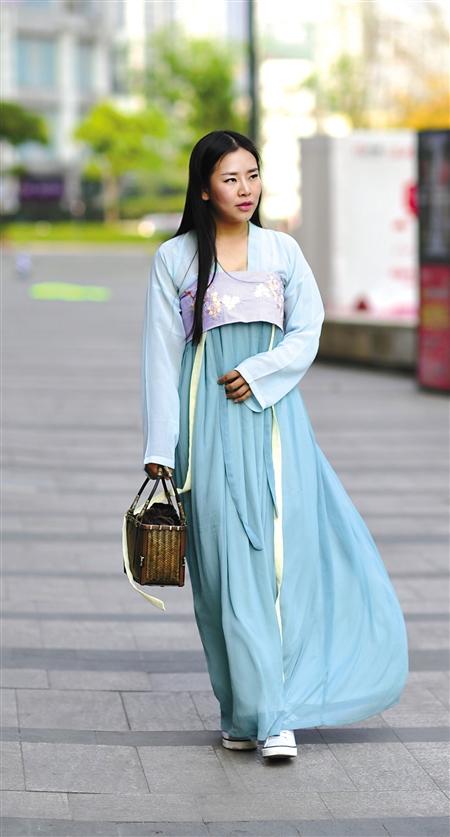 渝中区,捷美身着汉服走在街上。