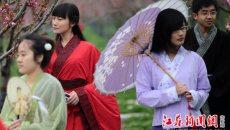 南京大学生着汉服走进秣陵感受杏花春雨