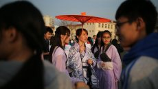 青岛一中学举行秀班主任活动 女教师着汉服起舞