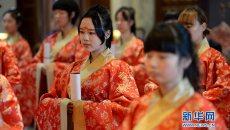 西安举办汉式成人礼少女穿汉服读誓词