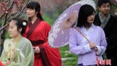 南京大学生着汉服走进杏花村感受春天