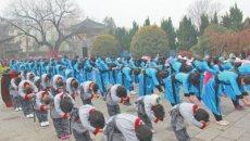 河南郑州青少年身着汉服共缅诸圣