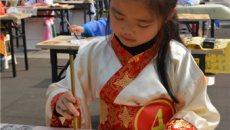 穿汉服握毛笔 重庆园博园举行儿童书法表演赛