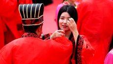 南宋赵氏后裔聚居地办皇族婚礼 20对新人参与