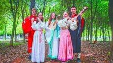 武汉纺织大学俄罗斯留学生穿汉服拍照引围观