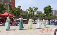 大学生穿汉服 校园里演绎传统端午习俗