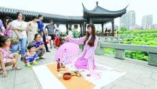 茶艺秀惊艳亮相武汉沙湖公园 汉服美女为游客奉茶