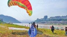 宜宾滑翔伞汉服飞行节:白衣'小龙女'从天降