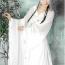 """汉服——汉服是汉族传统服装精神的总汇,与今日的""""唐装""""不同,它主要是指三皇五帝时代至明朝时期汉族的服装,其基本特征是交领、右衽、系带、宽袖,又以盘领、直领等为其补充。汉服古典婉约,宽袖、系带的设计都能够很好地展示古典中国女性的魅力和风情。"""