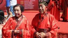 宝鸡92岁老人和老伴穿汉服 七夕办集体婚礼