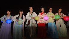 八十名汉服女子紫阳湖畔焚香拜月