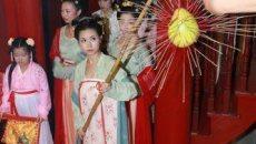 三坊七巷举行拜月典礼 福州汉服少女挑柚祭月