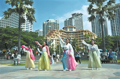传统汉服文化表演 丰富节日文化生活-图片1