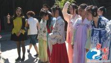 """""""同袍""""青年身着汉服游园 国庆长假宣传中华汉文化"""