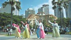 传统汉服文化表演 丰富节日文化生活