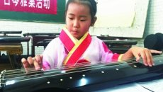 """4岁半""""国学宝贝"""" 穿汉服弹古琴"""