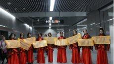 汉服美女惊现郑州地铁 Seven李星一龙助阵