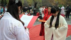西安百名高校学子穿汉服展示传统礼仪