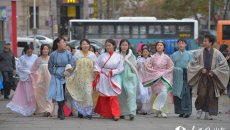 黄海学院大学生着汉服街头宣传传统文化
