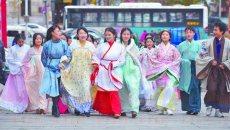 身着汉服引来老外合影  黄海学院大学生着汉服街头宣传传统文化
