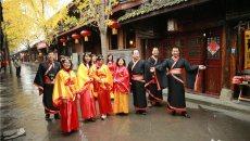 游客穿汉服游阆中古城 体验'穿越蜀道 梦回大汉'