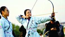 传统射艺重回校园 着汉服挽长弓 既健体又修身