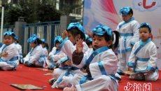 福州幼儿园喜迎新年 萌娃穿汉服诵三字经