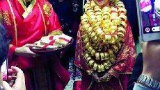 广东土豪婚礼新娘全身披金 新郎穿汉服带清兵疑似拍鬼片