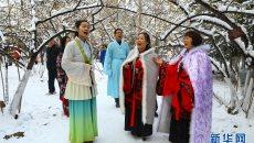 西安汉服美女踏雪吟诗 致敬传统文化