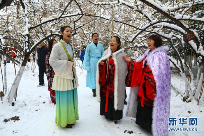 西安汉服美女踏雪吟诗 致敬传统文化-图片1