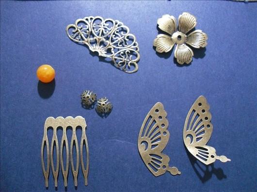 第一步,穿珠子,珠子的两侧可以穿上花托,这样更加美观。  一般建议使用0.3-0.4MM的铁丝缠绕,太粗不好固定,太细很容易折断。