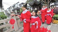 苏州市民穿汉服'走三桥' 祈福放灯喜迎元宵节