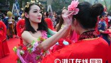 杭州千名女生举行汉服成人礼,拜花神放河灯