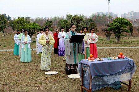 武汉一高校12位美女着汉服祭花神-图片1